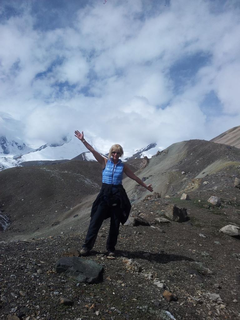 Person steht auf Gebirgskamm Pamir Gebirge Kirgistan
