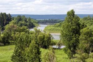 Fluss Birjusa in der Nähe von Tajshet in Sibiren, Russland. Quelle: Wikimedua Commons