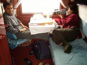 2 Personen im Abteil der Transsibirischen Eisenbahn