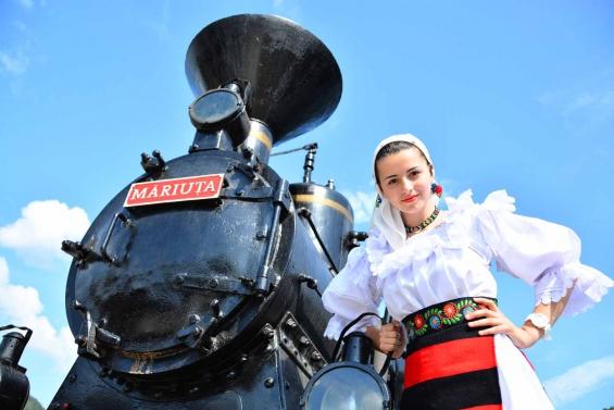 Rumänien Reisen - Schoene Trachten neben der Waldbahnklein