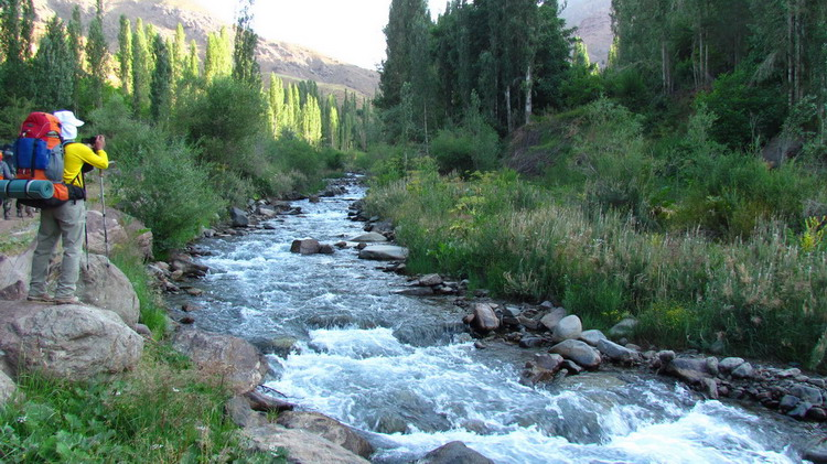 Bild zeigt Wanderer, Fluss, Bäume, Berge, Tal von Alamut