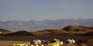 Bild zeigt Baiscamp im Pamirgebirge, Zelte und Jurten vor Bergkulisse, Ferienort Pamir - Familienurlaub in Kirgistans Bergwelt, Go-East Reisen