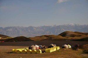 Bild zeigt Baiscamp im Pamirgebirge, Zelte und Jurten vor Bergkulisse