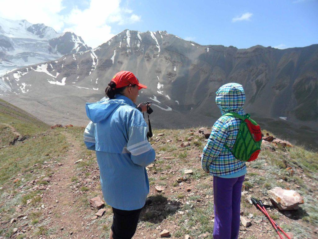 2 Personen vor Bergmassiv Pamir Gebirge Wanderung