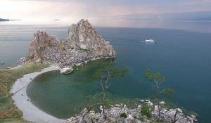 Auf der Fahrt mit der Transsibirischen Eisenbahn kommen die Reisenden am Baikalsee nicht vorbei.