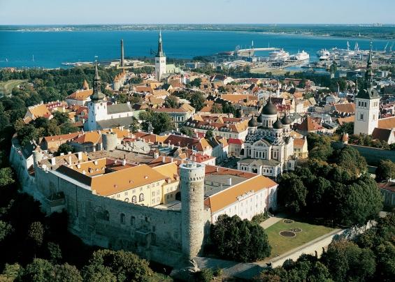 Panorama von oben auf Tallinn und die Ostsee